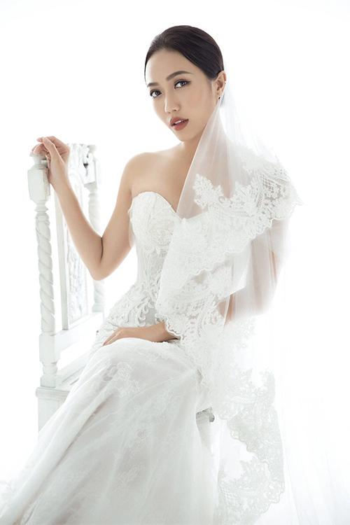 Diệu Nhi thử váy đuôi cá cúp ngực cổ tim với họa tiết ren hoa cổ điển.