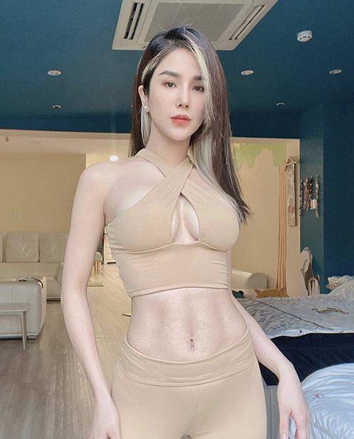 Phong cách của Diệp Lâm Anh dành riêng cho những bạn gái thích tôn nét sexy và cá tính với những bộ đồ tập có phom dáng độc đáo.