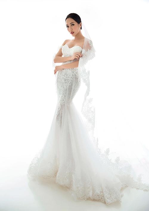 Mẫu đầm giúp tôn lợi thế hình thể của nữ diễn viên, được kết hợp lúp cưới dài điểm ren.