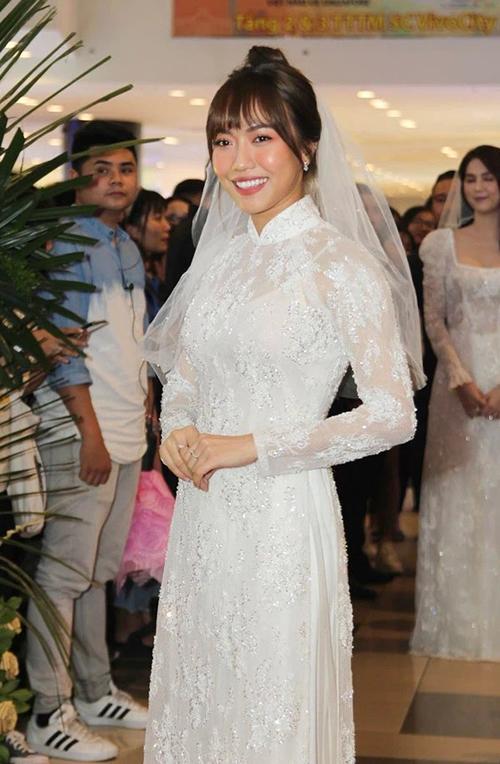 Không chỉ diện váy cưới, Diệu Nhi còn từng khiến fan xiêu lòng khi diện áo dài trắng. Thân áo đính hạt lấp lánh, mang thời trang phương Tây vào chiếc áo dài cổ điển với chi tiết tay xuyên thấu.