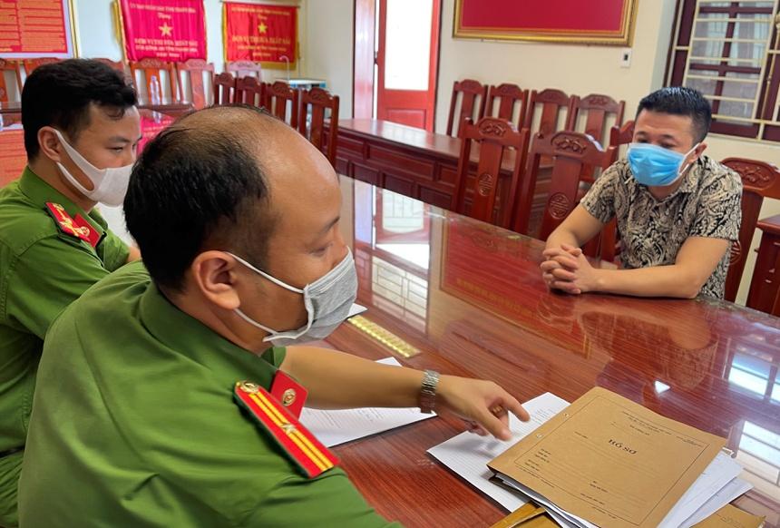 Cảnh sát lấy lời khai Nguyễn Đình Lộc. Ảnh: Lam Sơn.