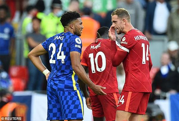 Hậu vệ 21 tuổi trông lo lắng khi thảo luận với Jordan Henderson - đồng đội ở tuyển Anh nhưng là thủ quân của Liverpool. Ảnh: Reuters