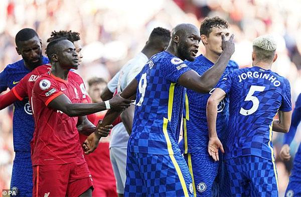 Sau bàn thắng của Salah, cầu thủ hai bên căng thẳng cãi cọ trên sân trước khi hiệp một kết thúc Ảnh: PA