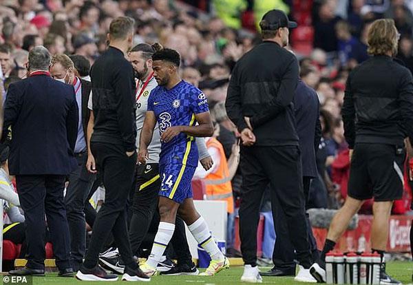 Reece James buồn bã rời sân, khiến Chelsea bị thiệt người trong 45 phút còn lại của trận đấu. Ảnh: EPA