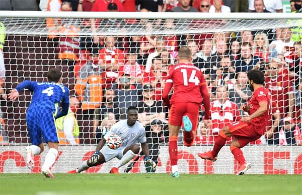Trên chấm 11m, Salah sút thành công penalty san hòa 1-1 cho Liverpool. Ảnh: Reuters