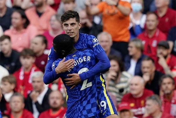 Ngôi sao người Đức chia vui với đồng hương Rudiger sau bàn thắng. Sang hiệp hai dù chơi hơn người nhưng Liverpool không thi thêm được bàn thắng. Trận đấu kết thúc với tỷ số hòa 1-1. Hai đội lần lượt xếp thứ hai và thứ 3 dù có cùng 7 điểm như đội đầu bảng West Ham sau ba vòng đấu. Ảnh: EPA