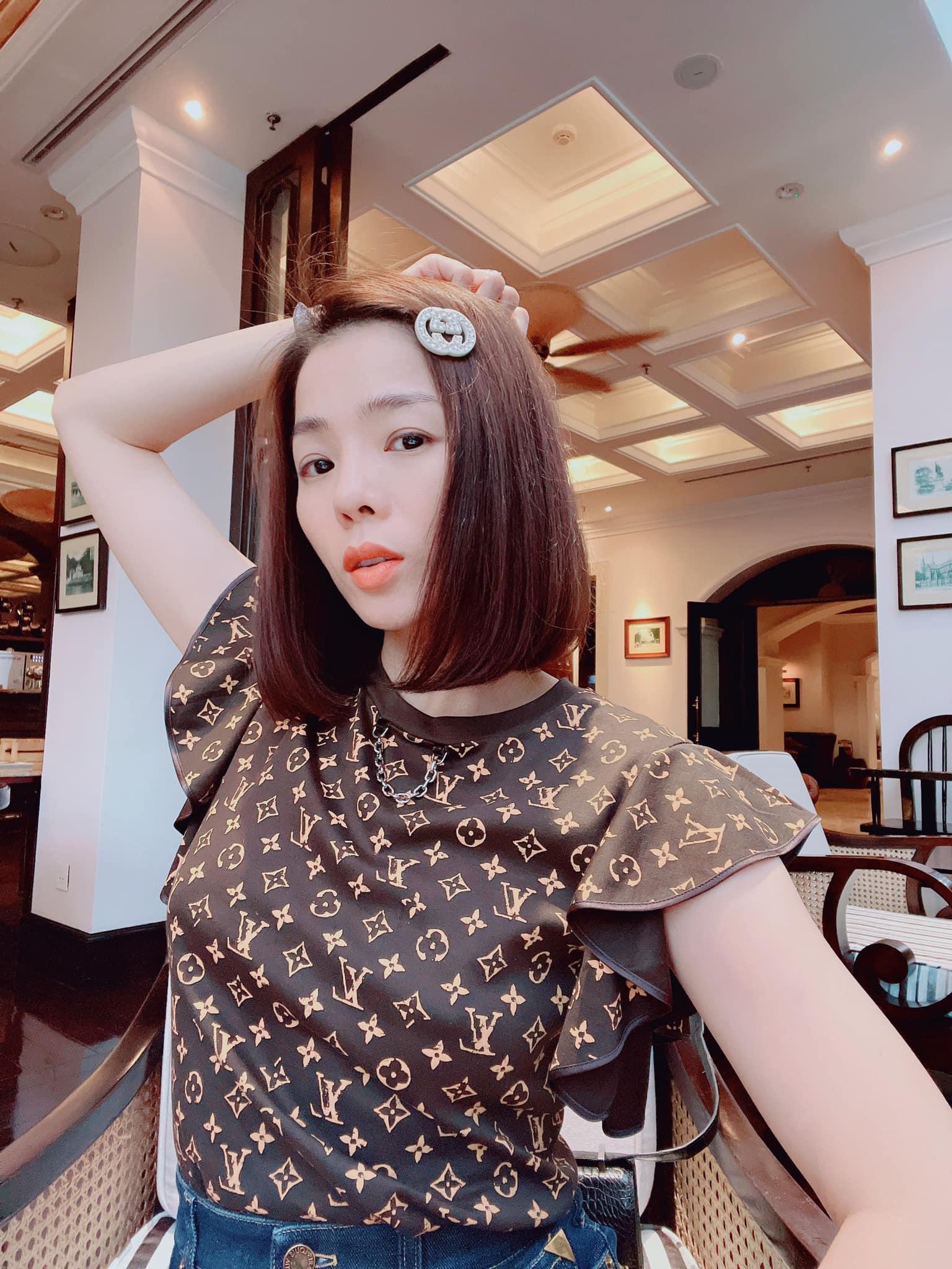 Lệ Quyên dạo phố Hà Nội.