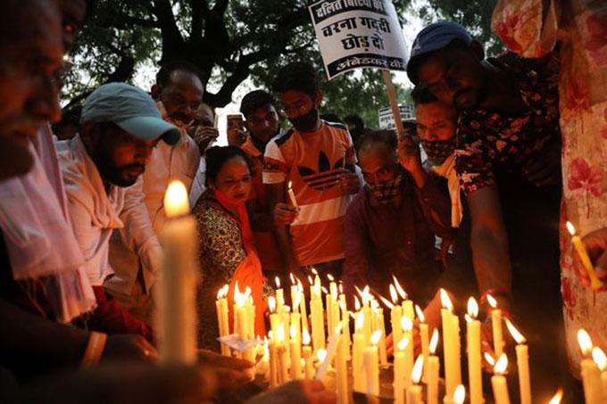 Người dân đốt nến cầu nguyện cho bé gái 9 tuổi bị hiếp giết ở New Delhi hồi đầu tháng 8. Ảnh: Reuters.