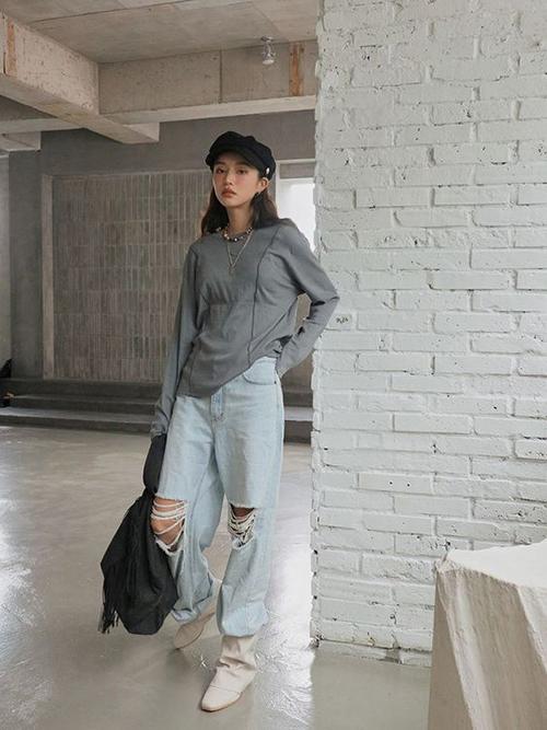 Áo thun cổ tròn, kiểu dài tay dễ mix-match cùng với các mẫu quần jeans hiện đại sẽ mang lại set đồ hợp không khí mùa mới cho các bạn gái cá tính.