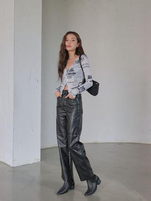 Cáo cardigang biến thể, quần da đen và bốt đen đồng điệu mang tới set đồ tôn vẻ sexy và chút mạnh mẽ cho các cô nàng trẻ tuổi.