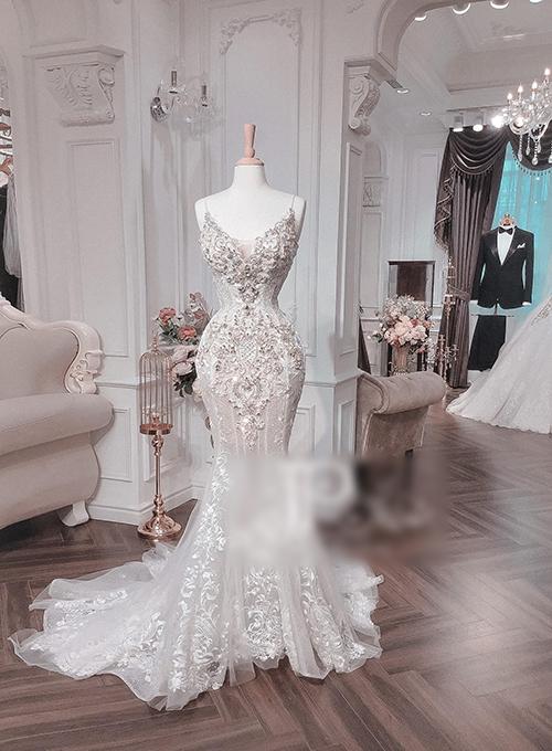 Váy nguyên bản không phụ kiện có độ bắt sáng tự nhiên nhờ hàng nghìn viên Swarovski.
