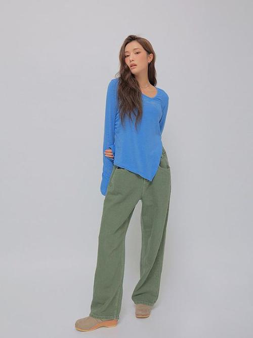 Áo thun với phần tà cắt xéo độc đáo có thể mix cùng chân váy jeans, quần kaki, quần ống suông.