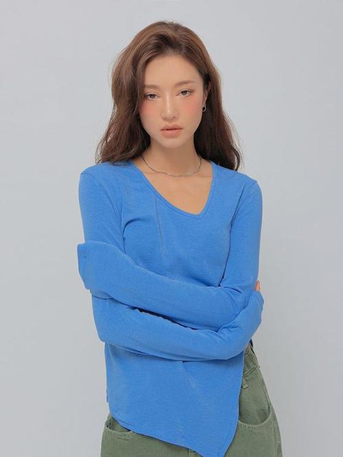 Những mẫu áo thun rưc rỡ sắc màu theo đúng trend mùa mới sẽ khiến style của phái đẹp trở nên cuốn hút hơn.