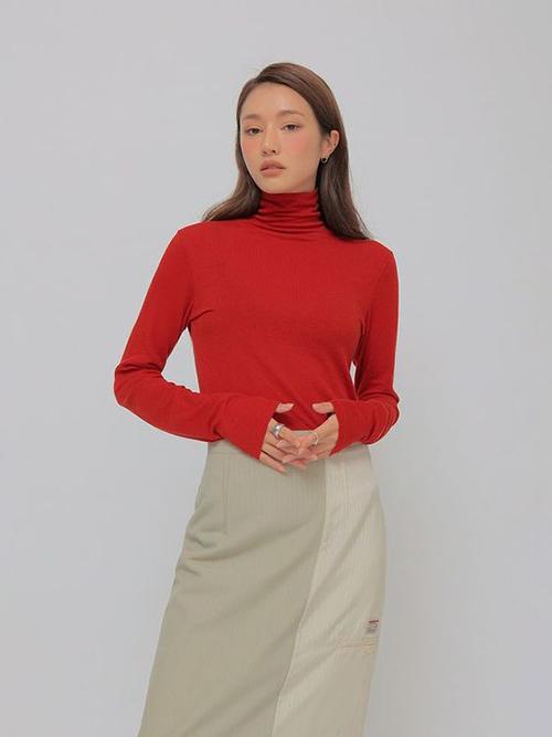 Sử dụng áo thun ôm cùng các mẫu chân váy, quần suông thiết kế trên chất liệu vải kaki là phong cách hứa hẹn tạo nên cơn sốt ở mùa thu đông 2021.