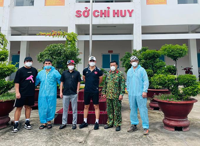 Lâm Vũ cùng bạn bè cứu trợ mùa dịch - 7