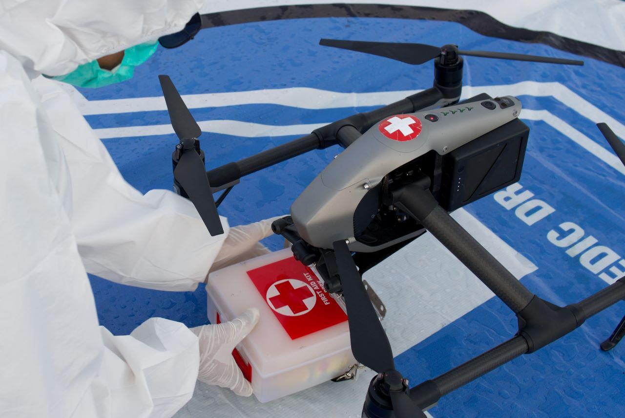 Một nhân viên y tế chuẩn bị thuốc gắn vào flycam để phân phát cho người tại khu vực cách ly. Ảnh: Retuers