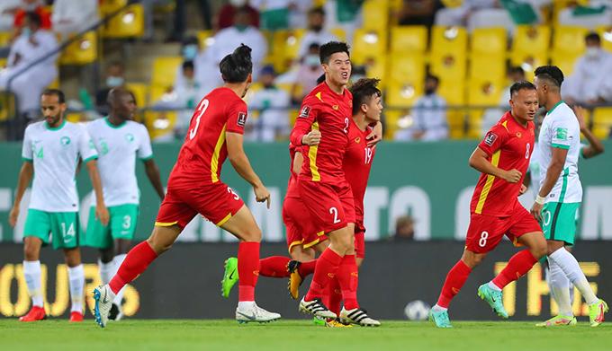 Tuyển Việt Nam mừng bàn thắng mở tỷ số của Quang Hải. Ảnh: AFC