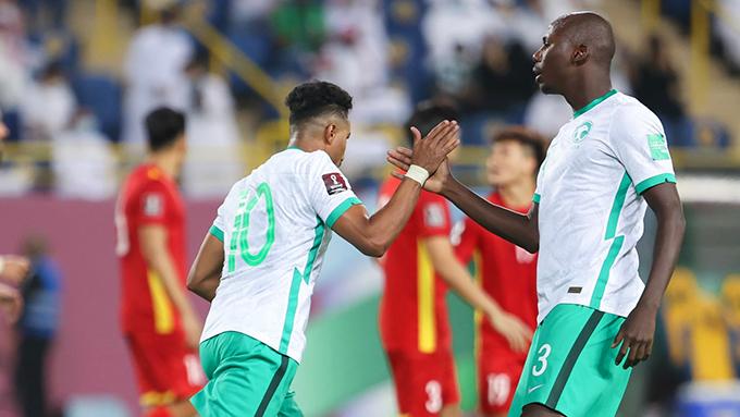 Saudi Arabia có thế trận dễ dàng hơn rất nhiều so với hiệp một khi được chơi hơn người. Ảnh: AFC
