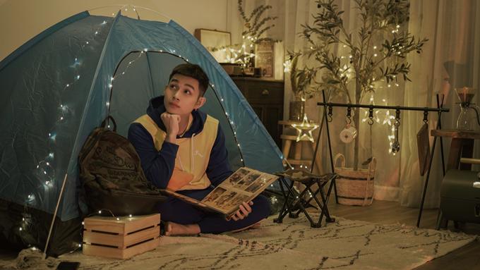 Jun Phạm dựng lầu, chăng đèn, xếp đồ cắm trại.
