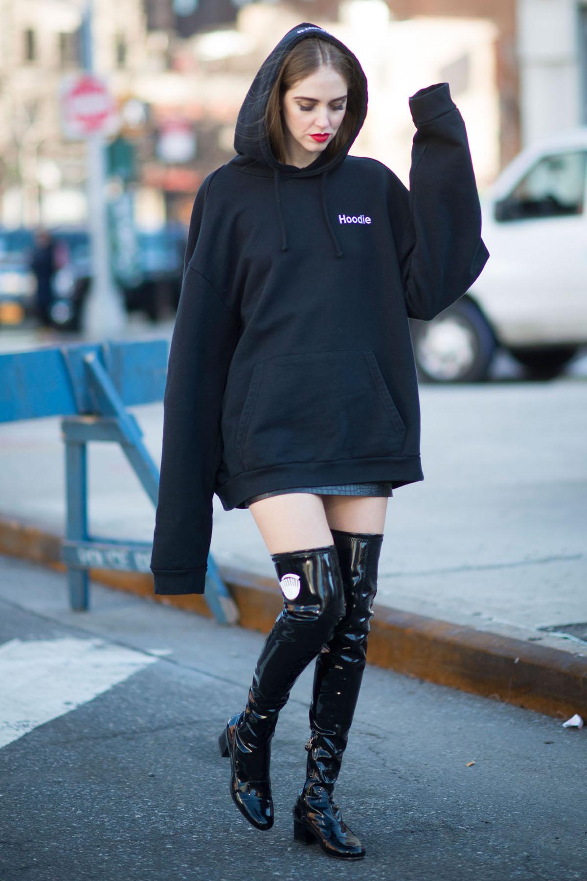 Một số mẫu áo quá khổ Không chỉ trang phục ôm sát mới ảnh hưởng sức khỏe. Những chiếc áo oversized nặng nề cũng gây khó chịu ở cổ và lưng. Tay áo rộng khiến bạn phải giữ cánh tay ở vị trí không tự nhiên, dẫn đến tình trạng căng cơ.Riêng với hoodie, khi đội mũ áo, bạn thường phải vươn cổ để quan sát xung quanh. Còn nếu bạn không đội mũ, sức nặng của nó sẽ kéo áo khít lên cổ một cách khó chịu.