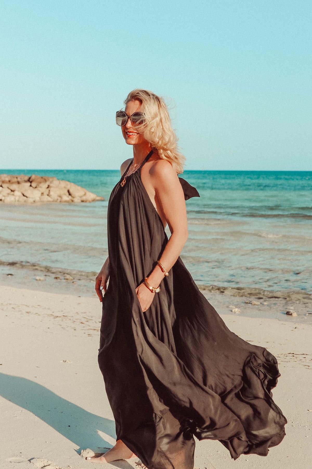 Váy cổ yếm Thiết kế này gây nhiều áp lực lên cổ, nhất là khi nàng có vòng một lớn. Không phân bổ đều trọng lượng qua vai như áo thun đơn giản, váy yếm khiến bạn phải duy trì một tư thế không thoải mái, dẫn đến nhức mỏi.