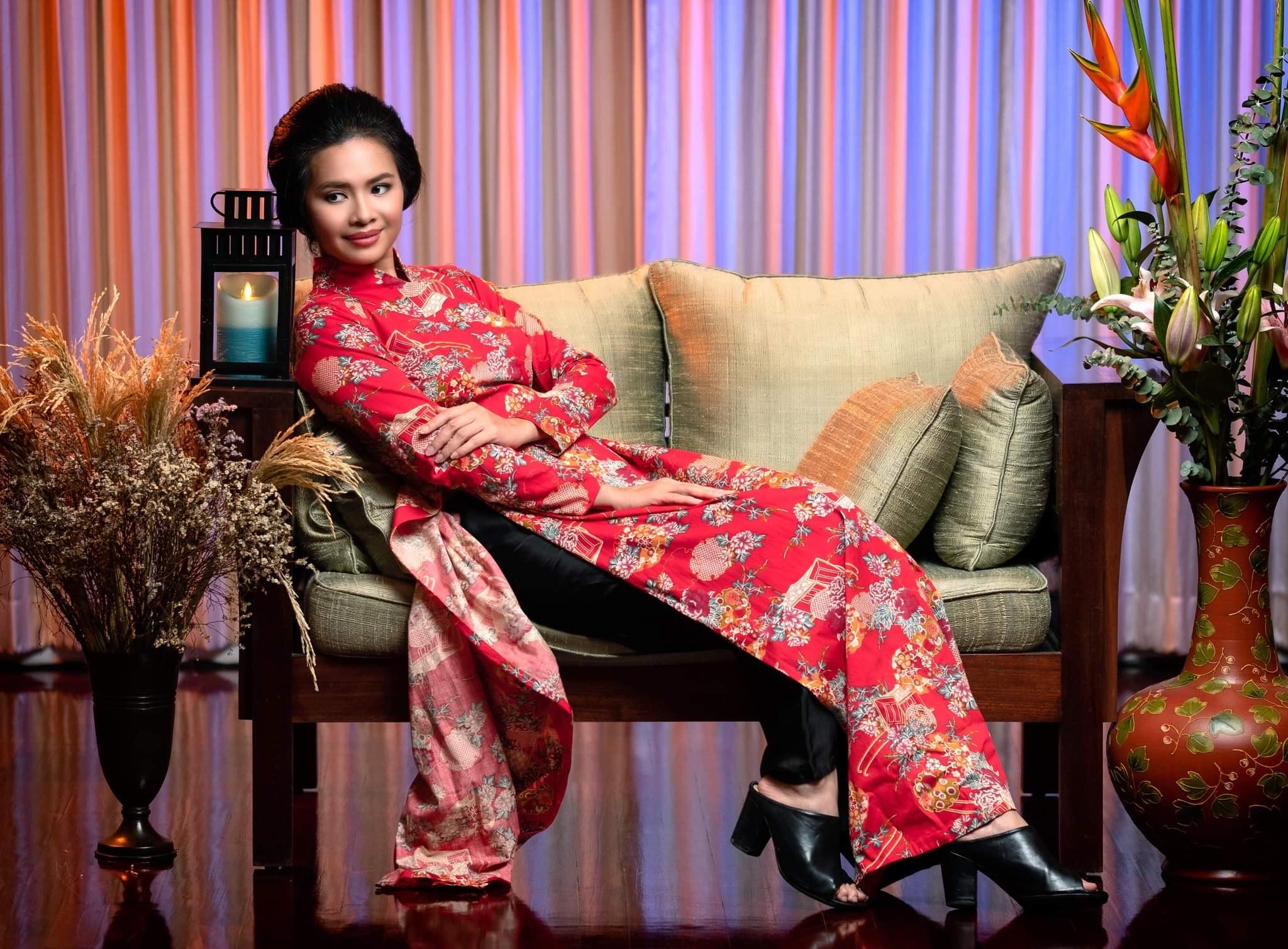 Hoa khôi Thủy Tiên duyên dáng trong áo dài của NTK Lê Thanh Phương. Ảnh: Micjael Cassell Jr, trang điểm - tóc: Mai Lan