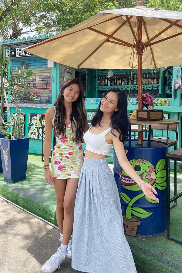 Thủy Tiên bên cạnh con gái ở Thái Lan.