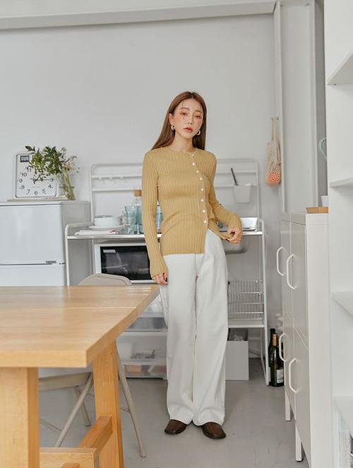 Những mẫu áo kiểu dáng cơ bản không quá khó khi phối đồ. Tuy nhiên, chất liệu vải dệt kim dễ khiến người mặc trở nên mũm mĩm hơn, vì thế những bạn gái có thân hình đầy đặn nên cân nhắc kỹ khi sử dụng.