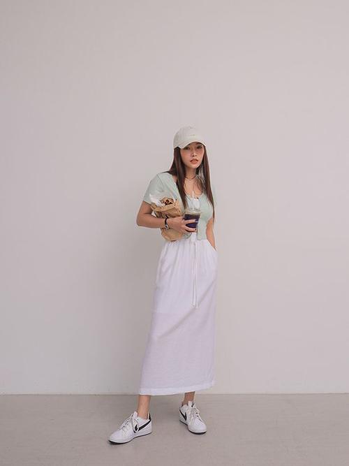 Các mẫu áo có độ co giãn cao, êm á với hình thể người mặc được mix-match một cách linh hoạt trên từng set đồ dạo phố.
