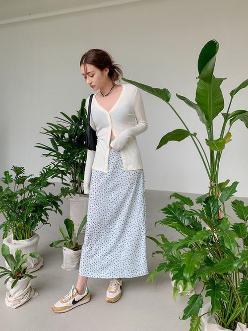 Trang phục dệt kim ở mùa mốt mới được thể hiện sinh động với nhiều kiểu dáng. Nổi bật là các thiết kế áo cardigan dáng lửng mang đến sự phá cách và mới mẻ.