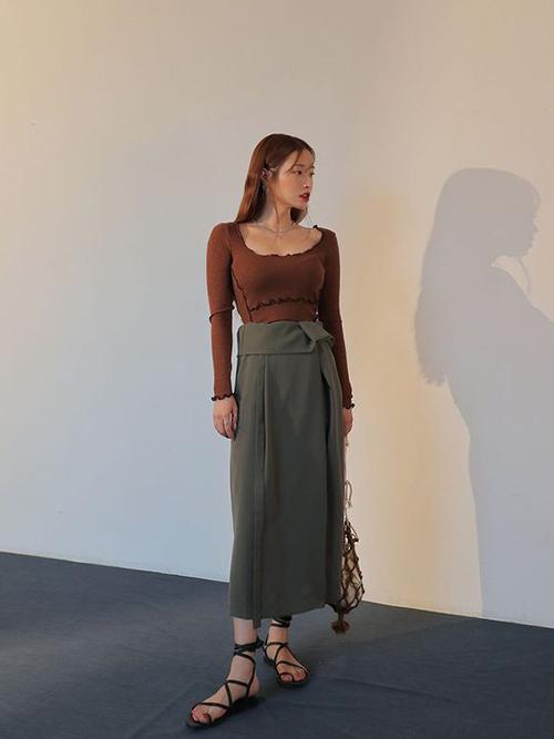 Những cô nàng chuộng phong cách sexy có thể chọn áo dệt kim mỏng, kiểu ôm sát hình thể để mix cùng chân váy, quần jeans