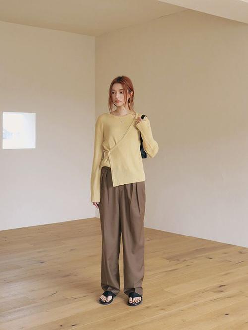 Vào những ngày giao mùa, áo dệt kim được chọn lựa để thay thế cho các mẫu áo blouse, áo hai dây thiết kế trên vải thô hay các chất liệu dễ thấm hút mồ hôi.