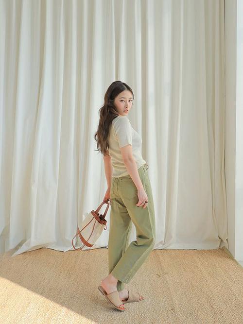 Với những cải tiến về kỹ thuật dệt may, phái đẹp phương Nam vẫn có thể chọn nhiều mẫu áo dệt kim để phối đồ hàng ngày.