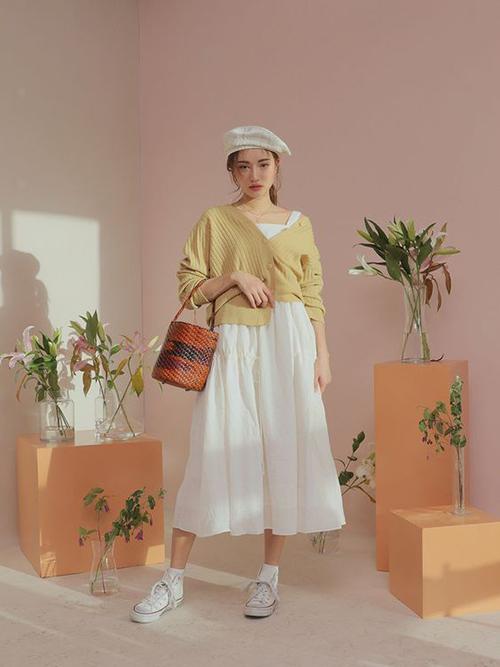 Tận dụng các mẫu váy trắng mùa hè, bạn gái vẫn có thể hoàn thiện set đồ hợp mốt ngày thu với cách phối áo khoác dệt kim mỏng.