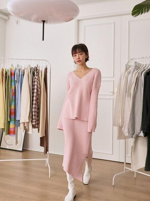 Chất liệu quen thuộc ở mùa thu đông được sử dụng để mang tới các trang phục phù hợp với nhiều vóc dáng khác nhau.