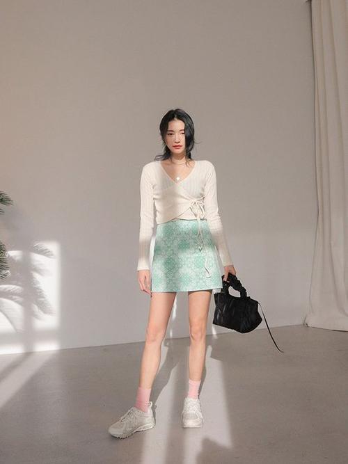 Những chiếc áo dệt kim mỏng, vừa tôn nét sexy vừa mang lại phong cách hợp mùa là trang phục thường được phái đẹp yêu thích vào mùa thu đông.