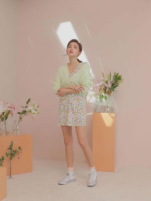 Phong cách trẻ trung cho ngày giao mùa với cách phối các mẫu váy ngắn, đầm liền thân in hoạ tiết hoa cùng áo cardigan dáng lửng.