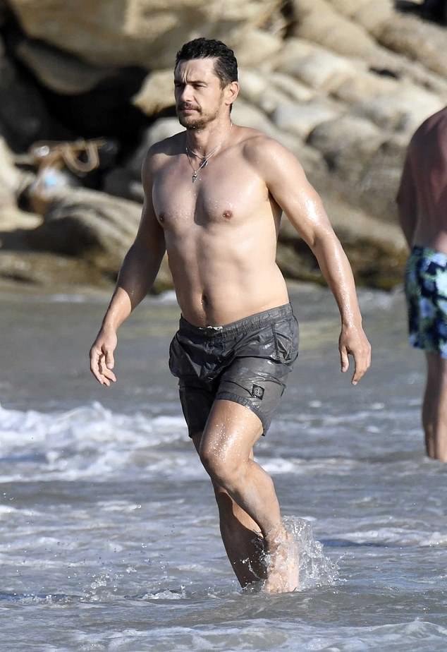 James Franco được trông thấy tắm biển đảo Mykonos của Hy Lạp hôm chủ nhật, 5/9.