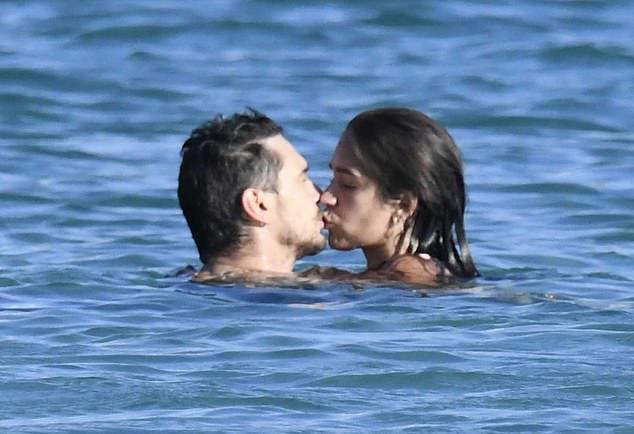 Franco và nữ diễn viên Isabel Pakzad tình tứ giữa làn nước trong xanh của Địa Trung Hải.