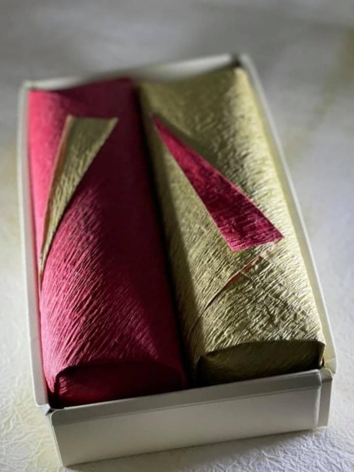 Bánh được gói bằng giấy với tông màu xanh và đỏ, đặt trong hộp, rất thích hợp đem đi biếu bạn bè hoặc người thân vào những dịp đặc biệt.