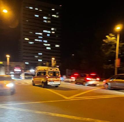 Hình ảnh xe cứu thương đưa nam ca sĩ đi được chụp lại tối 7/9. Ảnh: Weibo.