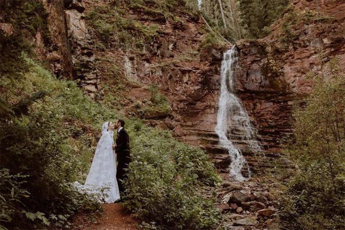 Uyên ương trao nhau nụ hôn trong bối cảnh thác nước ở Colarado.