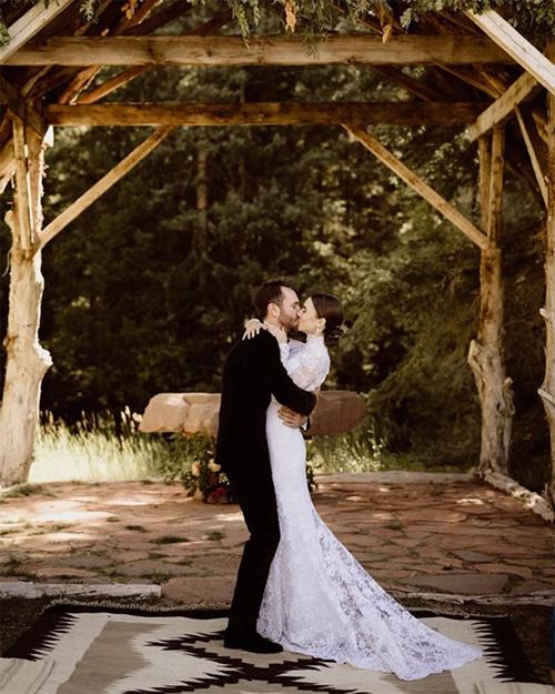 Phom dáng váy cưới thon gọn phù hợp cho hôn lễ ngoài trời của Lily. Trước đó, uyên ương tiết lộ nhẫn đính hôn của Lily là một sáng tạo độc đáo của nhà kim hoàn Irene Neuwirth.