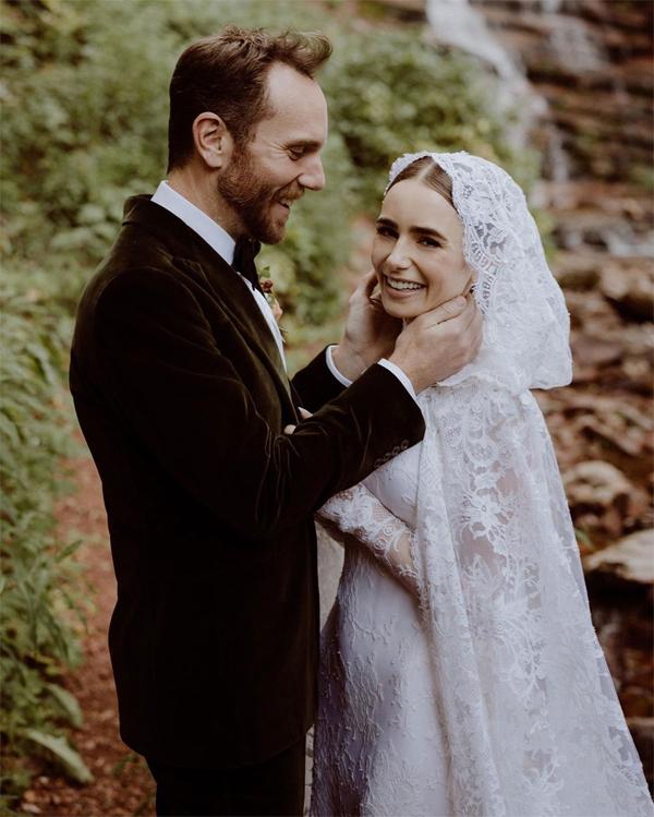 Lily Collins rạng rỡ trong ngày cưới.