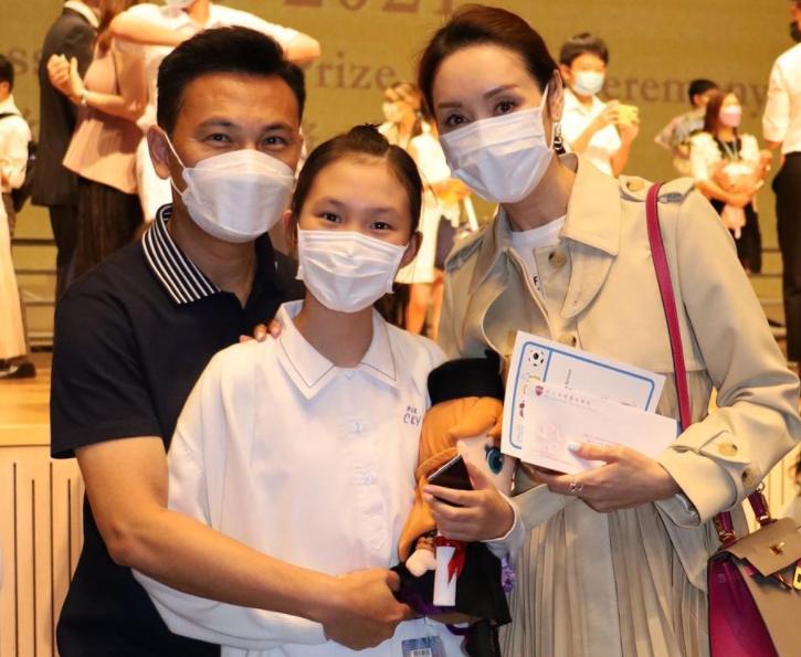 Quách Khả Doanh và Lâm Văn Long dự tốt nghiệp con gái.