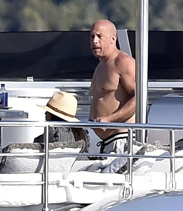 Vin Diesel thư giãn trên du thuyền sang trọng giữa biển xanh của Italy. Nam diễn viên 54 tuổi cùng bạn gái và ba người con tận hưởng chuyến du lịch biển suốt một tuần qua.