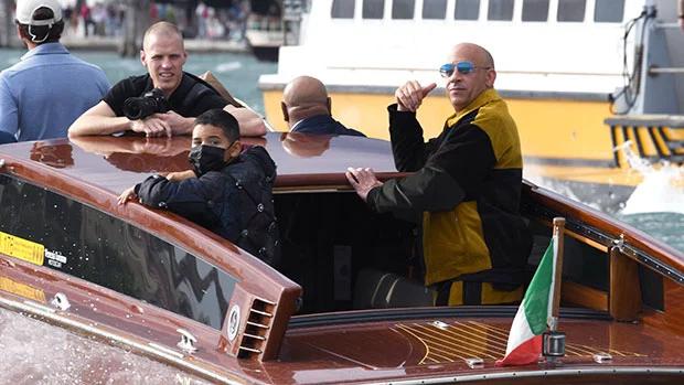 Trước đó, Vin được trông thấy đi taxi nước cùng các con ở thành phố Venice, Italy.