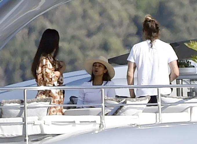 Vợ chồng nữ diễn viên Vệ binh dải ngân hà Zoe Saldana lên du thuyền thăm gia đình Vin Diesel. Zoe gần đây kết hợp với Vin trong dự án phim Avatar phần hai.