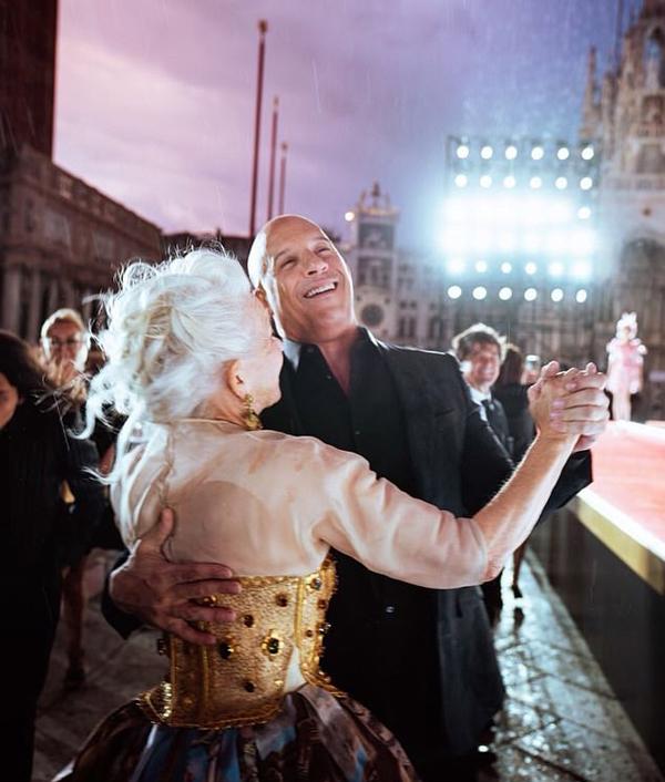 Vin Diesel hội ngộ minh tinh người Anh Helen Mirren tại show thời trang. Họ từng kết hợp trong Fast and Furious phần 8 và 9. Bà Helen thủ vai mẹ của anh em sát thủ Deckard Shaw.