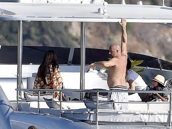 Ngôi sao Fast and Furious trông rất hạnh phúc trên du thuyền với bạn đời - người mẫu Paloma Jiménez (trái).